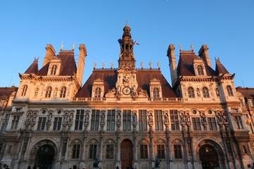 Paris, façade de l'Hôtel de ville au soleil couchant (France)