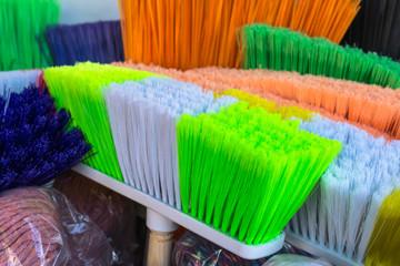 Cepillos de colores para la limpieza para el hogar.