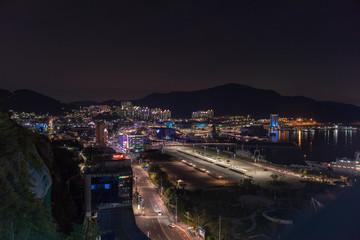 Nachtaufnahmen der Küstenstadt Yeosu, Südkorea