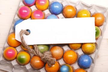 farbige ostereier mit schild zum beschriften