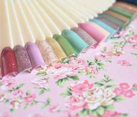 Nagellackfarben auf Präsentationsfächer in verschiedenen Frühlingsfarben
