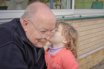 petite fille et son grand-père