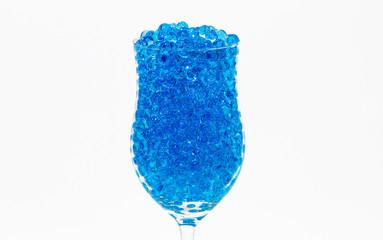 Blaue Wasserperlen in einem Weinkelch