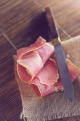 jambon cru sur une table en bois