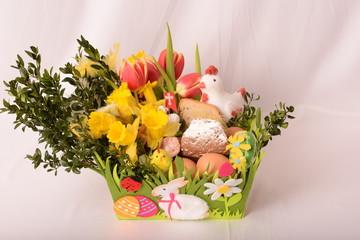 Koszyczek  wielkanocny z kwiatami