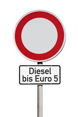 Verkehrsschild Fahrverbot für Dieselfahrzeuge bis Euro 5 isoliert auf weißem Hintergrund