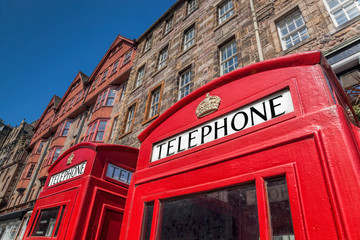 Fototapete - Red phone boots in Edinburgh, Scotland