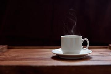 Чашка кофе на деревянном коричневом фоне
