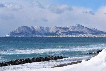 冬の函館山と津軽海峡