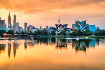 Spoed Fotobehang Aziatische Plekken Kuala Lumpur, Malaysia. Sunset skyline from Titiwangsa Park.
