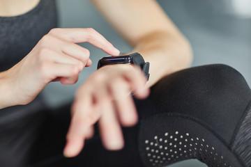 Sportler kontrolliert Leistung mit Fitnesstracker