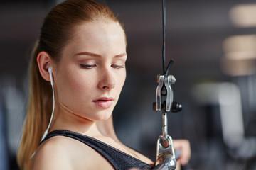 Junge Frau macht konzentriert Rückentraining