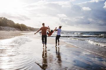 Fototapeten Nordsee Familie glücklich am Strand