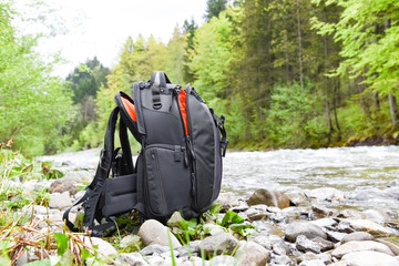 Fototour - abgestellter Fotorucksack an einem Wildbach