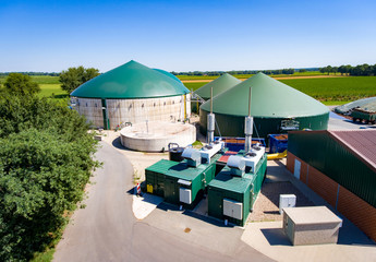Luftaufnahme auf Biogasanlage mit Generatoren und Gärbehälter