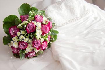 Brautkleid & Hochzeitsstrauß