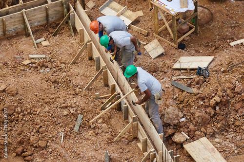 Top Bauarbeiter erstellen die Schalung für Streifenfundamente RN26
