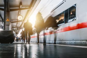 Menschen gehen auf dem Bahnsteig