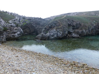 Playa de Cobijeru, playa interior de la localidad de Buelna, en el concejo asturiano de Llanes (Asturias,España)