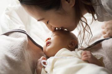 母親が自分の子供にキスをしている