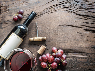 Photo sur Aluminium Vin Wine glass, wine bottle and grapes on wooden background. Wine tasting.