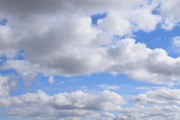 Wolken mit blauen Öffnugnen