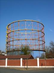 Denkmalgeschütztes Gerüst eines alten Gasometer ohne Behälter vor blauem Himmel im Sonnenschein in Münster in Westfalen im Münsterland