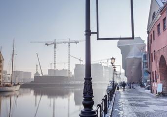 Stare miasto Gdańsk skąpane w promieniach zachodzącego słońca