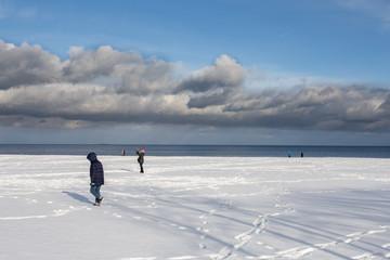 Zimowy spacer po plaży w Sopocie