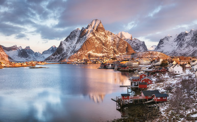 Photo sur Plexiglas Pôle Houses in the Lofoten islands bay. Natural landscape during sunrise