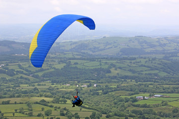 Fototapete -  paraglider in the Brecon Beacons