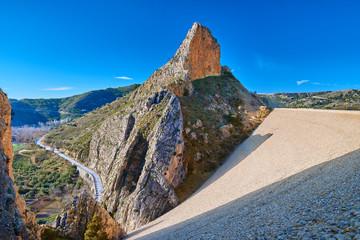 Vista de la Presa del Embalse de El Portillo y de la Peña Cara en el Pueblo de Castril, Granada, España