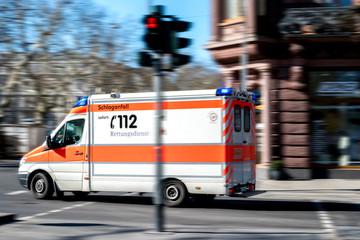 Rettungswagen mit Blaulicht im Einsatz