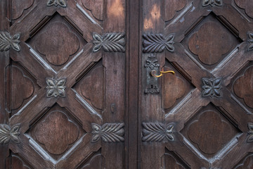 alte schwere Holztür Eingang