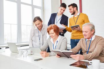 Geschäftsleute im EDV oder Computer Seminar