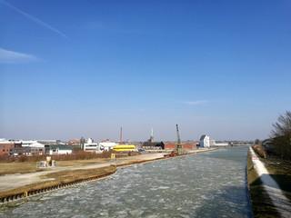 Eisschollen im Winter auf dem Dortmund-Ems-Kanal bei Sonnenschein in Münster in Westfalen im Münsterland