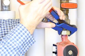 Verschraubung einer Pumpe festziehen