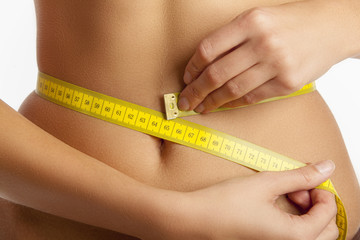 Frau beim Bauchumfang messen