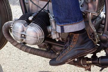 Motorrad mit Motorradfahrer - Zweizylinder Boxer Custom Bike Detail Ansicht