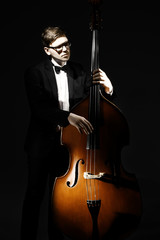 Photo sur Aluminium Musique Double bass player contrabass playing. Classical musician