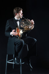 Photo sur Aluminium Musique French horn player classical musician. Hornist playing horn