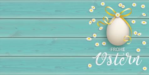Frohe Ostern Banner mit Osterei mit Gänseblümchen auf einem türkisfarbenen Holztisch
