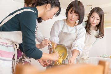 洋菓子作りイメージ 共同作業