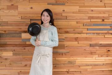 洋菓子作りイメージ 正面立ち姿 フライパン