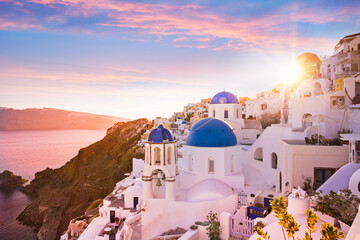 Sunset view of the blue dome churches of Santorini, Greece. Fototapete