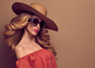 Wall Mural - Fashion Art Studio Portrait Glamour Beautiful Blond Lady. Fashionable Hairstyle, Luxury Trendy Sunglasses. Sensual Woman in Summer Stylish fashion Hat. Young Playful female model, Vintage