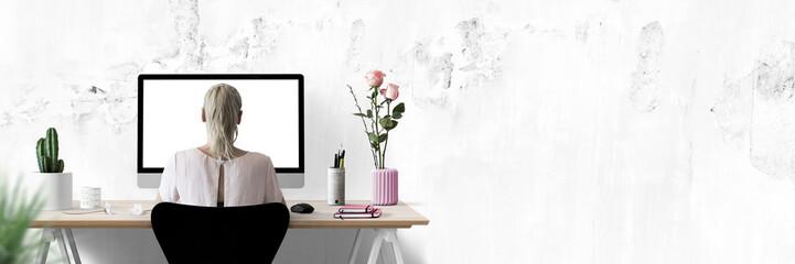 Moderne Arbeitsplatz mit Computer, Blumen und Frau - Textfreiraum - Banner