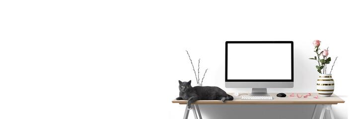 Moderne Arbeitsplatz mit Computer, Blumen und Katze - Textfreiraum - Banner