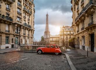 Keuken foto achterwand Europese Plekken The eifel tower in Paris from a tiny street