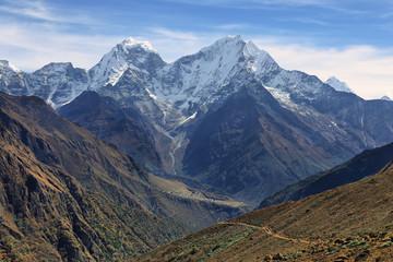 Thamserku mountain views